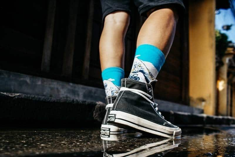 Tie black converse lace with legs not to loos