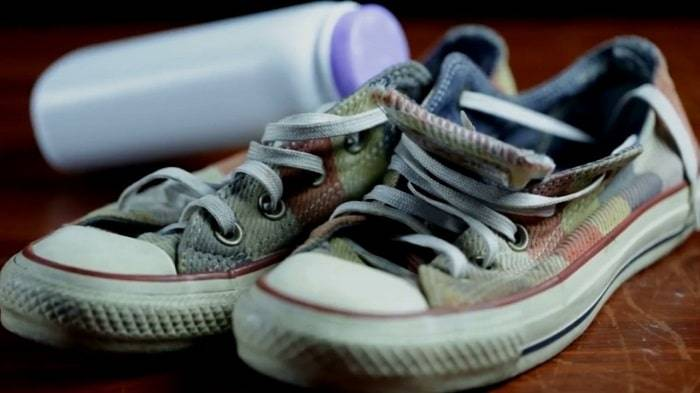 use talcum powder for absorbing moisture that stop shoes squeak